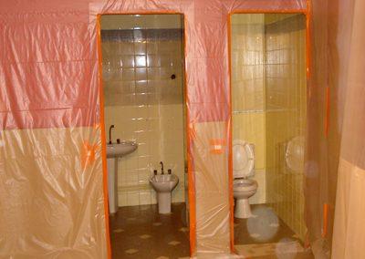Salle de bains protégée par une bâche